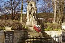 Památník na okraji zámeckého parku ve Velkých Opatovicích je jedním z prvních děl akademického sochaře Aloise Bučánka. Letos na jaře ho dělníci opraví. Práce mají stát necelých 200 tisíc.