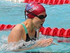 Na trati 50 metrů prsa si Veronika Zamazalová v ústeckém bazénu plave pro třetí místo v závodě Českého poháru.