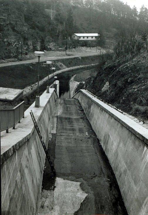 Pohled na skluz s vývarem a regulací pod hrází (listopad 1978).