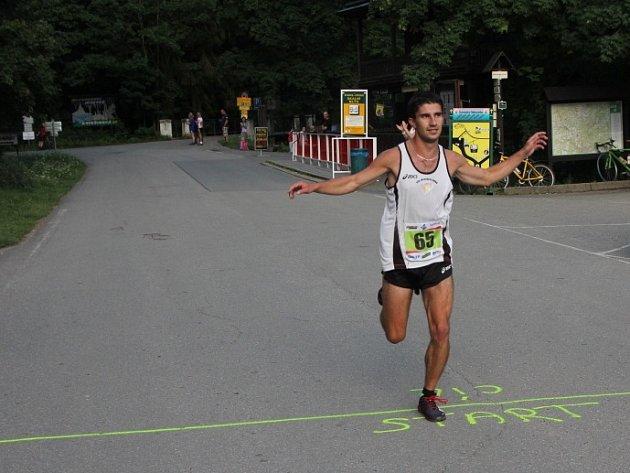 Ze Skalního mlýna se běžel druhý ročník Desítky Moravským krasem.