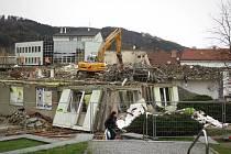 Na demolici hotelu Dukla na blanenském náměstí Republiky dělníci stále pracují.