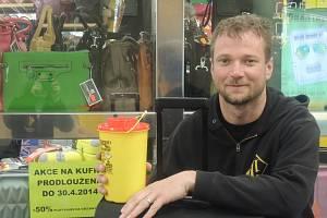 S drogově závislými pracuje Aleš Herzog už déle než dvacet let. Denně je v Praze se svým týmem v kontaktu se stovkou narkomanů, již si drogy píchají do žíly. Před dvanácti lety získal ocenění ČASovaná bota jako Osobnost roku. Herzog s prací začínal v ulic