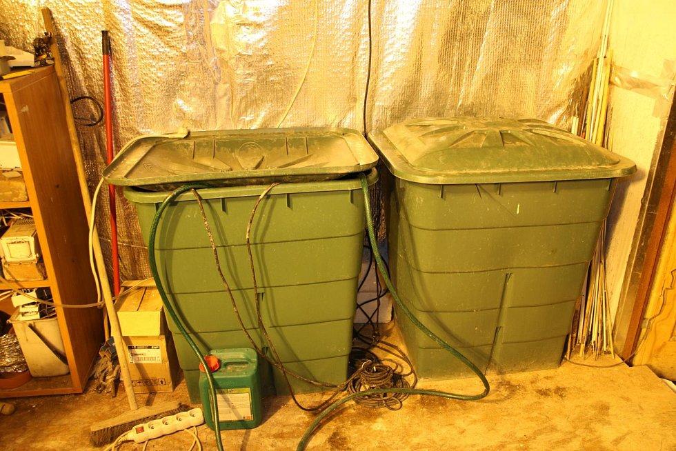 Policejní razie na Starém Blansku. Dva muži a žena pěstovali konopí ve velkém.