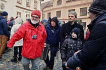 Polévka pro chudé i bohaté oslavila čtvrt století. V Boskovicích se stala součástí Štědrého dne. Příspěvek za porci je dobrovolný, stejně jako jeho výše. Vybrané peníze pak pomáhají lidem z regionu v nouzi.