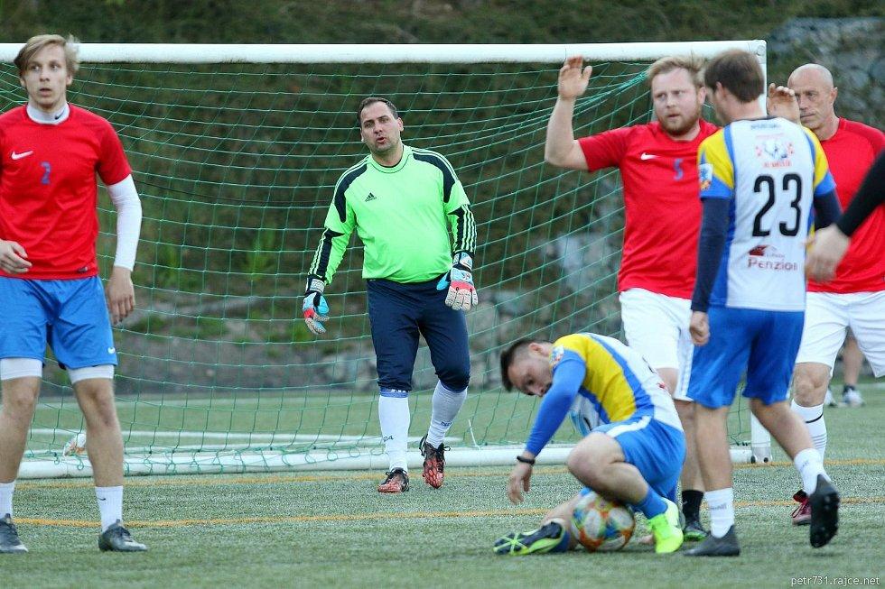 V první lize Svazu malého fotbalu Blanenska zdolal Sadros Boskovice (červené dresy) 5:3 obhájce titulu tým Viktoria Suchý.