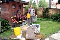 Černovice zasáhla blesková povodeň. Vodu hasiči čerpali ze sedmnácti domů. Nejhůře na tom byl dům manželů Zachovalových.