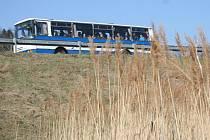 Okolí příjezdových cest do Boskovic je na řadě míst zarostlé vysokou trávou a rákosem, které nikdo neseče.