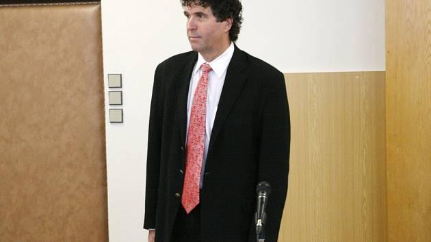 Bývalý senátor, starosta Lipůvky a někdejší boss brněnské Zbrojovky Vlastimil Sehnal u Okresního soudu v Blansku.