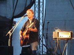 Brněnská revivalová kapela Distant Bells zahrála v sobotu večer v amfitétru letního kina v Rájci-Jestřebí kompletně desáté studiové album britské skupiny Pink Floyd Animals.