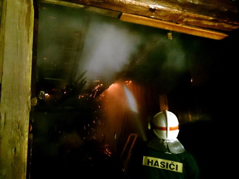 Na Silvestra zasahovali hasiči u požáru stodoly ve Velkých Opatovicích. V hospodářském stavení byla malá nelegální palírna alkoholu.