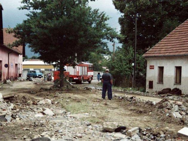 Historické snímky zničivé povodně vOlešnici vroce 2002.