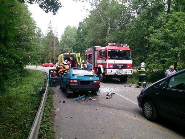 UValchova se vneděli odpoledne srazila tři osobní auta.