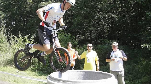 Biketrialista Václav Kolář.
