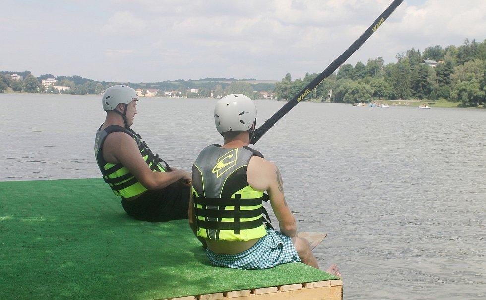 U jedovnického rybníka Olšovce otevřeli vodní vlek. V budoucnu tam mají fungovat dva včetně překážek.