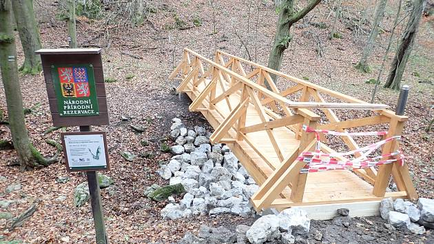 Nedaleko Býčí skály postavili nový most.