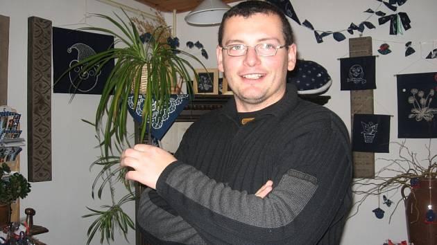 Podle Jiřího Danzingera trvá výroba modrotisku čtyři dny.