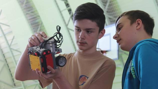 Sportovní halu jedovnické průmyslovky ovládla soutěž JedoBot.