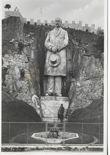 Do druhé světové války stála vareálu Jeskyně Blanických rytířů vRudce uKunštátu socha prvního prezidenta Československa. Vytvořil ji Stanislav Rolínek vroce 1928.