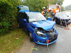 Ve Sloupu bourala dvě auta. Jedno skončilo mimo silnici.