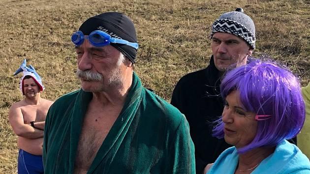 Hladinu zatopeného lomu v Šošůvce rozčeřili v neděli otužilci. V ledové vodě si zaplaval i známý herec Pavel Nový.