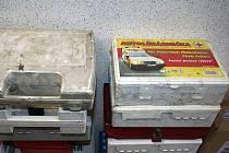 Spousta motoristů musela začátkem roku vyměnit ve svých autech lékárničky, které už podle nové vyhlášky nesplňovaly předpisy. Řada z nich neskončila v popelnicích, ale ještě poslouží dobré věci.