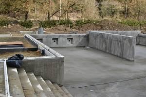 Hromady hlíny, bahno a kaluže. Uprostřed staveniště se už ale rýsuje bazén. Práce na novém areálu koupaliště ve Křtinách na Blanensku se už přehouply do druhé poloviny. Dělníci mají finišovat na konci května. V červnu už počítají se zkušebním provozem.