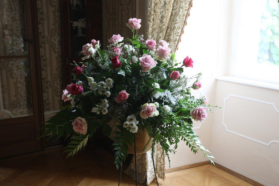 Výstava pohádkových kostýmů a květinových vazeb na zámku v Lysicích na Blanensku.