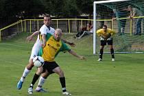 Fotbalisté Ráječka (ve žlutozeleném).