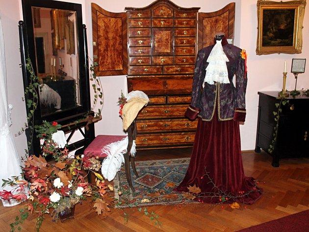 Dnešek je poslední den, kdy si mohou lidé před zimní přestávkou prohlédnout zámky v Lysicích a v Rájci nad Svitavou. V Rájci se s návštěvníky rozloučí expozicí s loveckou tématikou, v Lysicích zase lidé uvidí například historické hračky.