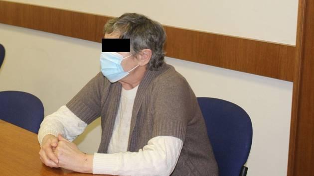 Alkohol, milenky a ponižování. Důchodkyně zabila manžela bodnutím do hrudi