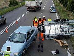 Osobní auto, které na přívěsu přepravovalo malotraktor, do cíle podle plánu nedorazilo. Vozík se totiž u Voděrad na Blanensku krátce před středečním polednem převrátil.