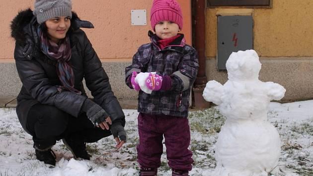 V neděli večer začalo i na Blanensku sněžit a sněhové závěje rostly celou noc. K žádným větším komplikacím však prozatím nedošlo.