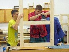 Studenti Masarykovy střední školy Letovice cedule pro stezku sami vyrobili.