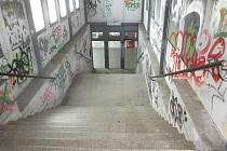 Na vlakové zastávce v Adamově zrušili nájezd. Matky musí tahat kočárky do schodů. Železničáři připravují rekonstrukci zastávky a nástupiště za 30 milionů. Schodiště má nahradit bezbariérový chodník.
