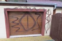 Na garáž rodinného domu vandal namaloval kosočtverce.