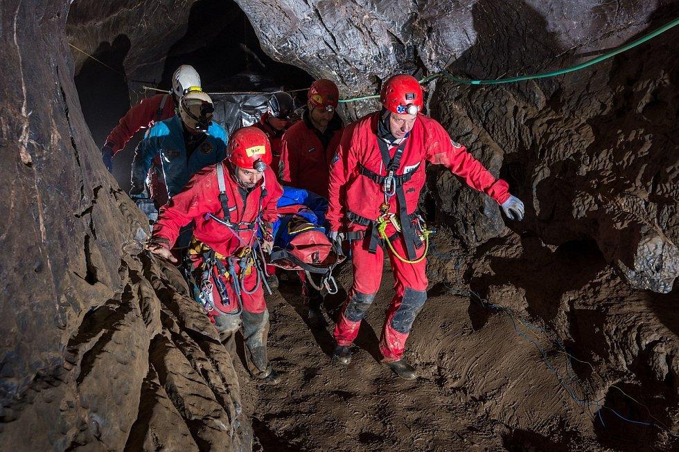 Cvičení Speleologické záchranné služby v jeskyni Spirálka.
