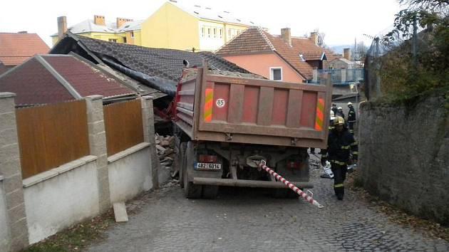 Nehoda nákladní auta ve Svitávce.