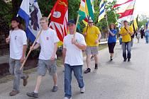 Sraz Vísek a Viesek začíná průvodem účastníků obcí. Každá vesnice se prezentuje svou vlajkou.