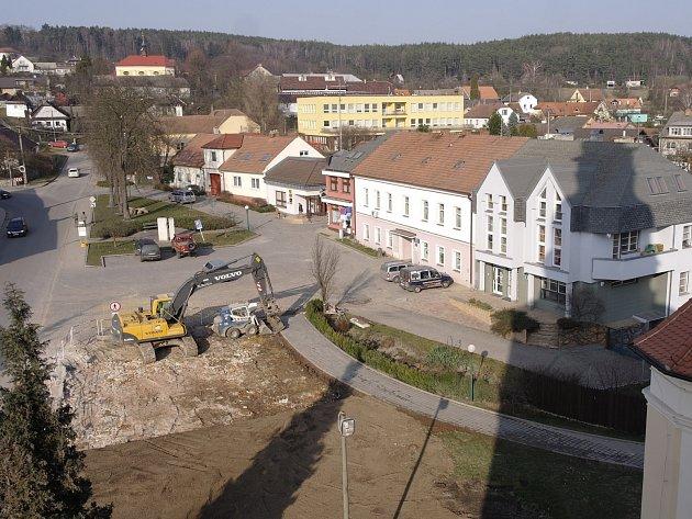 Stará škola je pryč. Tatrovky odvezly tuny sutě.