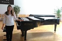 Eva Grundová se hře na klavír věnuje od svých pěti let.
