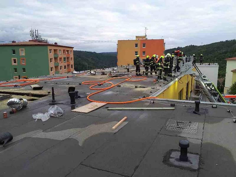 Adamovskou bytovku u ulici Ronovská zahalil v pondělí odpoledne kouř. Hasiči vyhlásili druhý stupeň poplachu.
