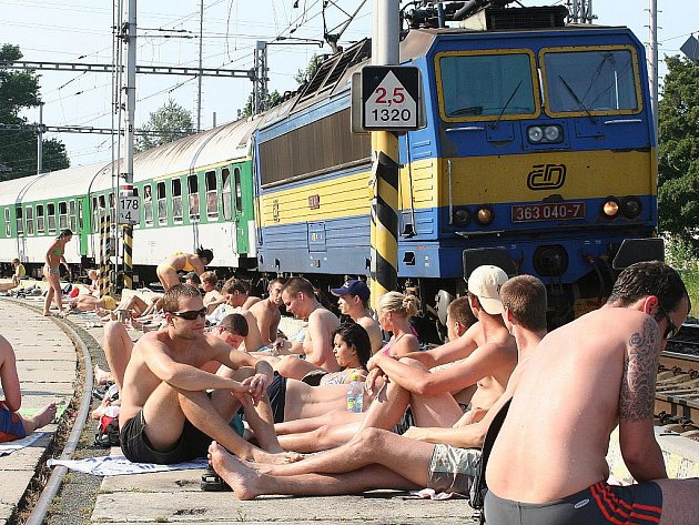 Lidem, kteří se opalují u lomu v Blansku, jezdí těsně za zády vlaky.