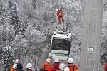 Cvičení hasičů v Moravském krasu. Zachraňovali cestující uvízlé v kabině lanovky.