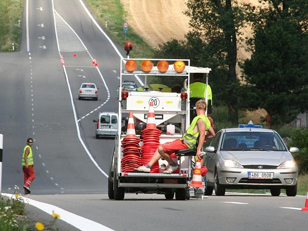 Ředitelství silnic a dálnic zahájilo opravy vodorovného značení na silnicích první třídy v Jihomoravském kraji. Dělníci zvýrazňují čáry i na tahu Brno – Svitavy silnici I/43.