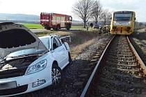 Na nechráněném železničním přejezdu v Cetkovicích došlo ke střetu lokálky a osobního auta. V něm se lehce zranil jeden člověk.
