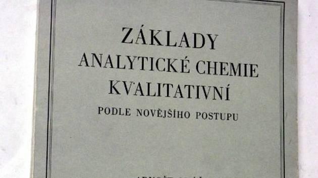 Chemik Arnošt Okáč byl i autorem velmi rozšířených učebnic analytické chemie.