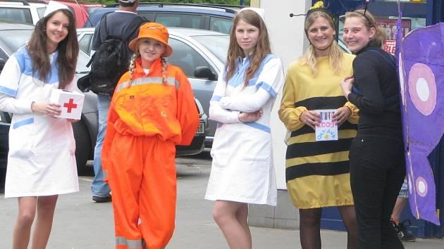 Studenti v Boskovicích vyrazili do ulic v převlecích, aby z kolemjdoucích lidí získali příspěvek na maturitu nebo maturitní večírek a také na dárek pro nejlepšího profesora.