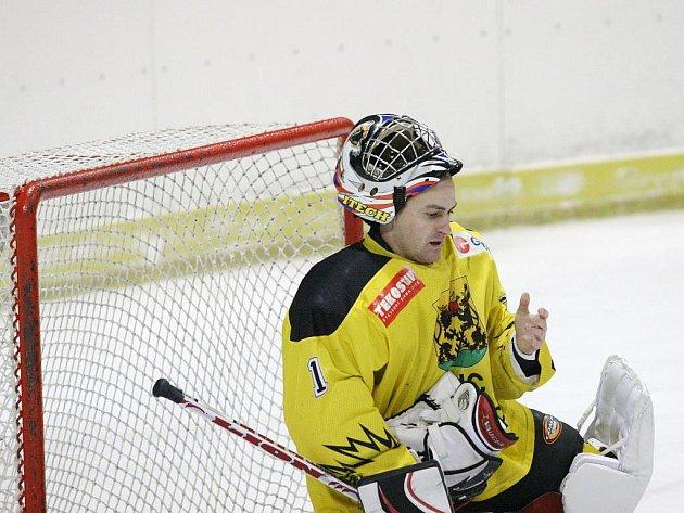 Hokejisté Rájce-Jestřebí (v bílém) zatím hrají v okresním přeboru skupiny Blansko famózně. V jedenácti kolech prohráli jen jednou a v tabulce jsou na prvním místě. V sobotu doslova popravili beznadějně poslední Lysice.
