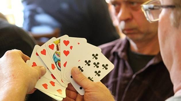Třiašedesát karbaníků si to mezi sebou rozdalo o půlku prasete. Při turnaji Okrouhlecké eso.