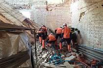 Zavaleného muže betonovým překladem na stavbě vyprošťovali ve středu odpoledne hasiči v Milonicích na Blanensku.